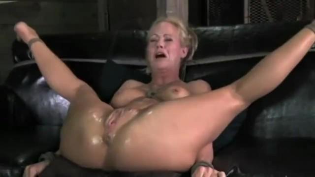 Зрелая блонда кончает сквиртом от жесткого траха и мастурбации в БДСМ