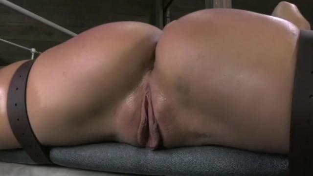 Брюнетка достигла струйного оргазма от траха в стиле БДСМ
