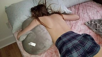 Лишил спящую телку анальной девственности, присунув член после мастурбации попки игрушкой